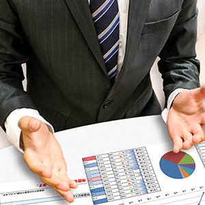 企業の現金化を説明する男性